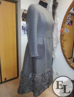 Пальто зимнее с отделкой каракулем - 5