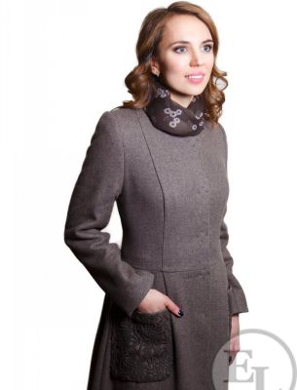 Пальто зимнее с отделкой каракулем - 2